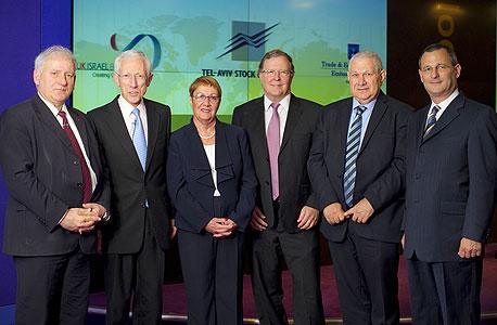סטנלי פישר עם נציגי החברות המשתתפות בכנס הבורסה בלונדון הבוקר, צילום: BLAKE EZRA
