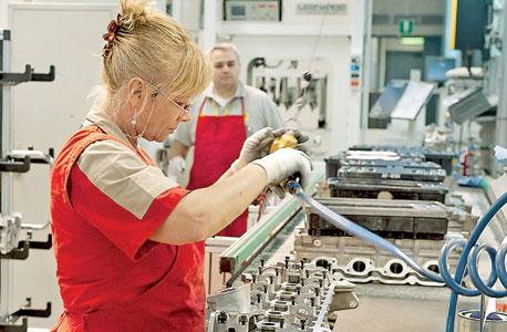 עובדת במפעל של פרארי במאראנלו, צילום: בלומברג