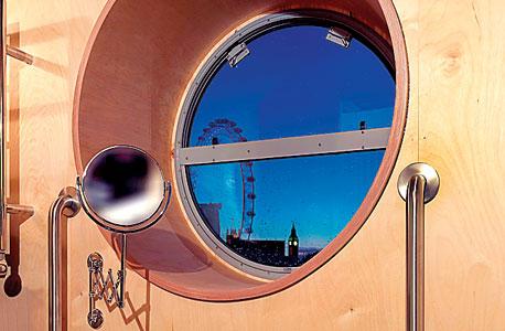 """אפילו חלון חדר האמבטיה עוצב כצוהר. """"כיוון שלונדון יושבת על נהר, הרעיון היה לקחת אונייה ולהוציא אותה מהסביבה הטבעית שלה"""