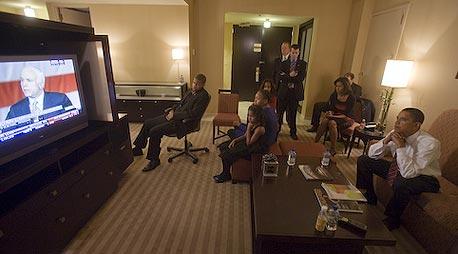 ברק אובמה צופה בנאום ההפסד של ג'ון מקיין אלבום פליקר מאחורי הקלעים, צילום: barackobamadotcom cc-by-nc-sa