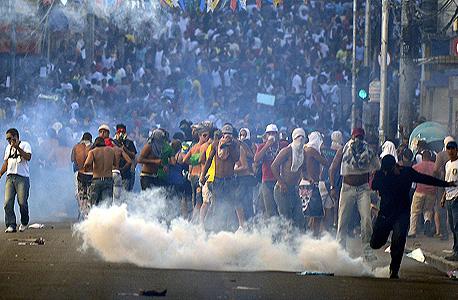 מפגינים ליד אצטדיון נובה בסלבדור, ברזיל. בנו אצטדיונים שלא ישמשו אף אחד , צילום: איי אף פי