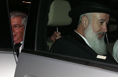 """מימין: הרב יונה מצגר וסנגורו עו""""ד דוד ליבאי"""