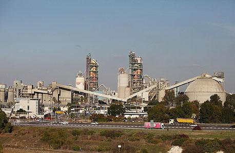 מפעל המלט נשר ברמלה. ממובילי המזהמים בישראל, צילום: אריאל שרוסטר