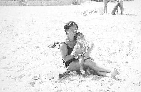 1972. רוביק דנילוביץ', בן שנה וחצי, עם אמו רחל בחוף הים של אשקלון