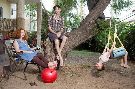 יונתן ומאשה צור עם בתם טליה בחצר ביתם