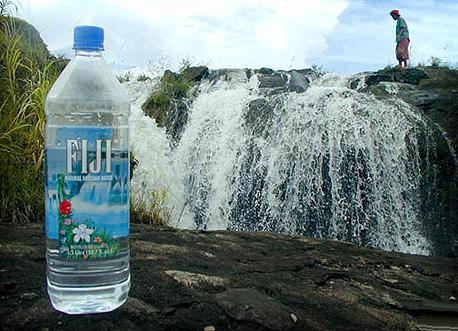 מים מינרליים מפיג'י. האמריקאים שותים את המים, אבל בפועל לא יודעים למקם את האי על המפה
