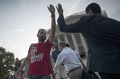 """ארה""""ב: זוגות חד מיניים נשואים יזכו להטבות מס כמו של זוגות הטרוסקסואלים"""