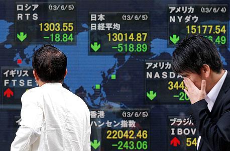 בית השקעות בטוקיו ב-5 ביוני 2013 אחרי נאום אבה