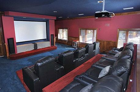 חדר קולנוע פרטי. כאן לא עומדים בתור לקופה