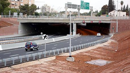 הגשר בכביש מכבית (471). המנהרה מנתבת את תנועה כלי הרכב מבתי התושבים