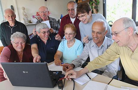 קשישים לומדים בסביבה דיגיטלית (ארכיון). על פי חג