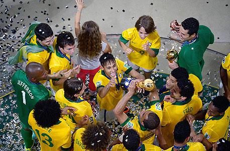 נבחרת ברזיל חוגגת את הזכייה בגביע הקונפדרציות. המאמן מראה לשחקנים איפה לעמוד, צילום: איי אף פי