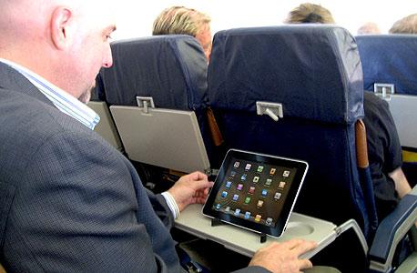חיבור לאינטרנט בטיסה. הקישוריות מעל העננים הולכת ומתרחבת