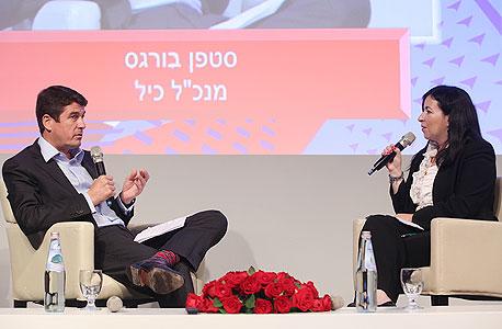 סופי שולמן (מימין) משוחחת עם סטפן בורגס