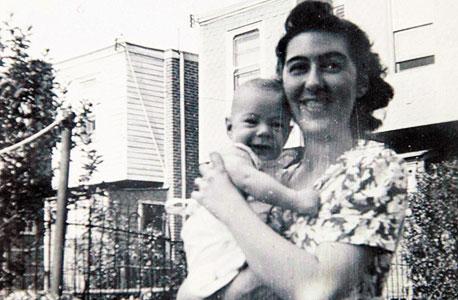 1941. סטיב אדלר, בן חצי שנה, עם אמו רודה ליד ביתם בפילדלפיה, ארצות הברית