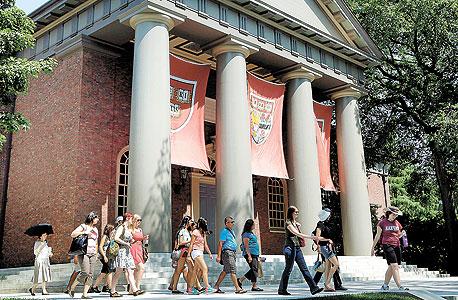 אוניברסיטת הרווארד. סטודנט אמריקאי מסיים את הלימודים עם חוב ממוצע של 25 אלף דולר בשוק עבודה גווע
