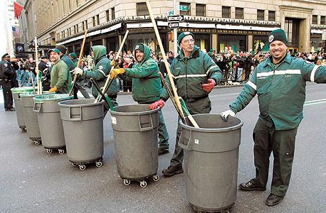 פועלי תברואה של עיריית ניו יורק מטאטאים אחרי מצעד עירוני. אחת מעשר העבודות המסוכנות ביותר בארצות הברית