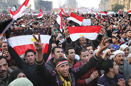 המונים חוגגים בקהיר את הדחת מורסי