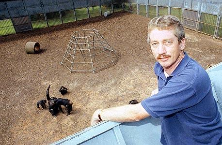 """דה ואל ב־1991. """"פילוסוף אחד כתב לי שהוא יאמין שלקופים יש חוש הגינות רק אם יראה קוף מסרב לקבל ענב עד שחברו יקבל גם. ניסינו, וגם זה קרה"""""""