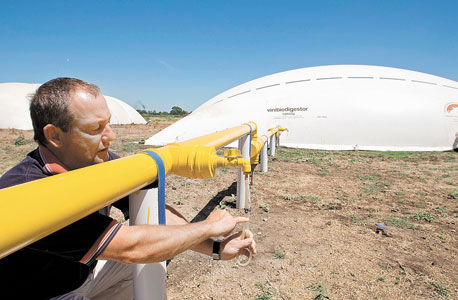 מתקן ביו־דייג'סטר בחוות חזירים בארגנטינה. המתקן מייצר חשמל ודלק מנועים מצואת החזירים