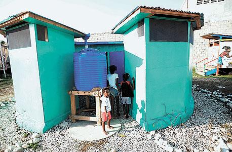 שירותים עם מתקן ביו־דייג'סטר בפורט־או־פרינס, האיטי. המתקן אוסף את הצואה ומייצר ממנה גז מתאן