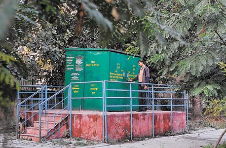 שירותי ביו־דייג'סטר בגינה ציבורית בניו דלהי, הודו