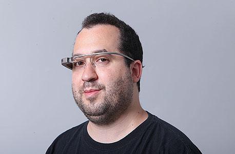 """כתב """"כלכליסט"""" הראל עילם עם המשקפיים של גוגל , צילום: עמית שעל"""