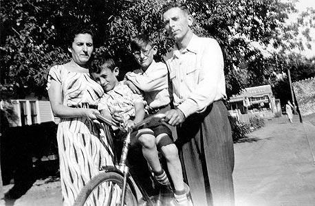 1952. בני לנדא, בן שש (משמאל), עם אחיו שאול, בן 12, והוריהם אשר וזלטה באדמונטון, קנדה