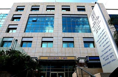 בניין משרד המשפטים בתל אביב. האם האפשרות לקבל רשימה של כל ההחזקות העסקיות של אדם ספציפי היא אינטרס ציבורי או פגיעה חמורה בפרטיות?