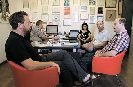 """במשרדו של פרופ' ארבר (משמאל) עם הסטודנטים לירון יופה וגרשון צלינגר וד""""ר נעם שומרון. מתעדכן בנקודות התורפה הגנטיות שלי"""