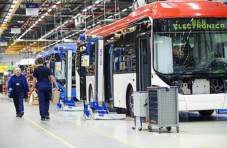 עובדים במפעל לאוטובוסים בוורשה, פולין