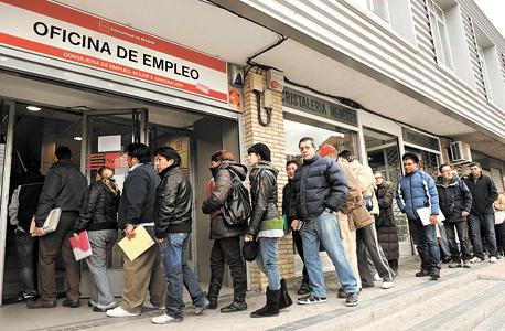 מובטלים במדריד , צילום: בלומברג