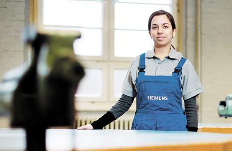 מתלמדת יוונית בברלין , צילום: בלומברג