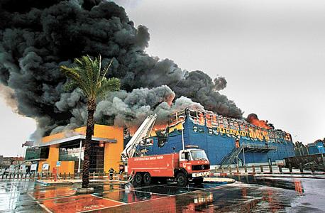 סניף איקאה ב נתניה ש נשרף עולה ב להבות, צילום: שאול גולן
