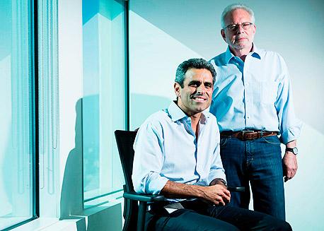 קרל קפלן (עומד) וטל קינן מעמותה המסייעת לעסקים קטנים
