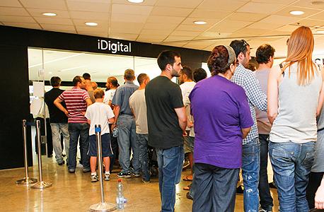 השקת אייפד 2 בחנות של איידיגיטל לפני שנתיים