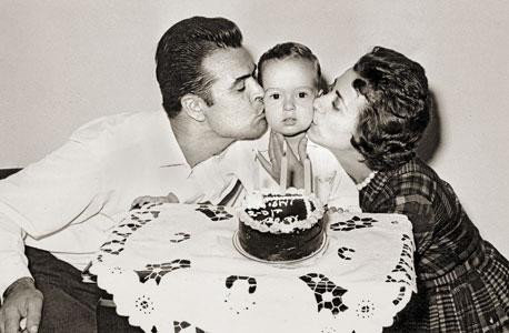 עוזי בלומר, בן יחיד, חוגג יום הולדת שנתיים עם הוריו קרולינה וראובן בביתם ברמת גן, 1963