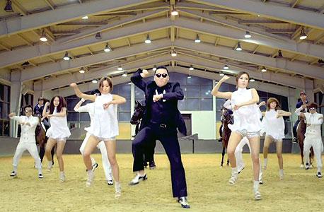 """Psy מבצע את ה""""גנגנאם סטייל"""". ברגר: """"הריקוד היה כמו לחיצת יד סודית"""""""