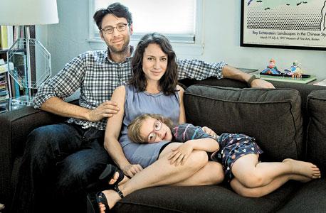 """מחברת הספר """"One and Only"""" לורן סנדלר עם בעלה ג'סטין ובתם היחידה דליה בדירתם בברוקלין"""