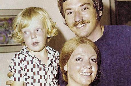 ארי ליבסקר, ילד יחיד עד גיל 12, חוגג יום הולדת שלוש עם הוריו מרקו ושרה, חיפה, 1975