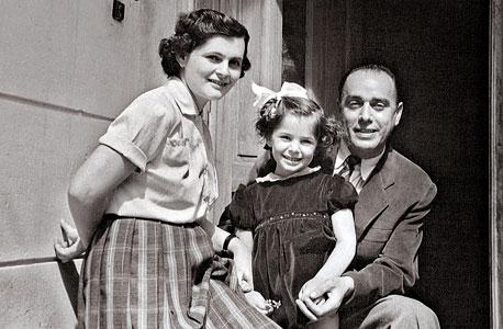 קורינה שלסינגר, בת יחידה, בת ארבע, עם הוריה איסיה ופויקה, בוקרשט, 1955