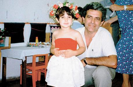 יעל בורוכוב, בת יחידה, ביום הולדת ארבע בגן עם אביה נסים, תל אביב, 1989