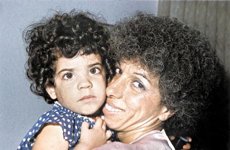 נעה באסל, בת יחידה, בת שנתיים, עם אמה מרים, רחובות, 1985