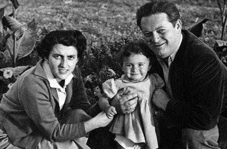 אמיליה (מלכה) ענבל, בת יחידה, בת שלוש, עם הוריה ניקו ואני, בוקרשט, 1958