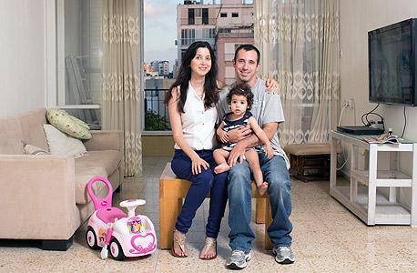 """משפחת נוימן. """"חשוב לי להגיד לאנשים שלא יפחדו לקנות דירות ישנות כדי לחסוך במחיר, אפשר לשפץ לאט לאט, וזה עדיף על להיחנק במשכנתא גדולה"""", צילום: ענר גרין"""