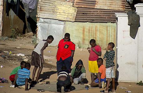 משכנות עוני ליד יוהנסבורג. המדינות המתפתחות דורשות את חלקן, צילום: איי אף פי