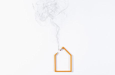 """""""בית מעשן, 2013"""", עיפרון רדי־מייד, פחם על קיר ומסמר"""