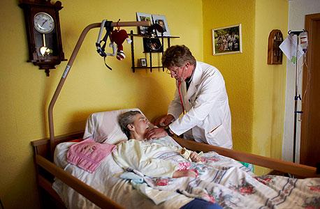 רופא גרמני בכפר ממזרח לברלין. העשירון העליון התנתק ממערכת הבריאות הציבורית