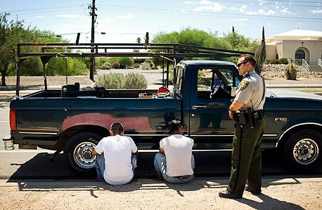 משטרת הגבולות האמריקאית עוצרת מהגרים ממקסיקו, צילום: בלומברג
