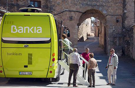 אוטובוס שמשמש סניף של בנקיה, צילום: רויטרס